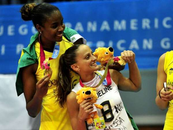 Com medalha de ouro , Seleção feminina de vôlei desembarca