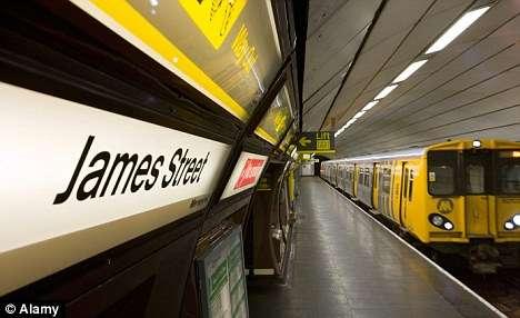 Adolescente de 16 anos morre em estação de metrô ao escorregar e ficar presa entre plataforma e trem