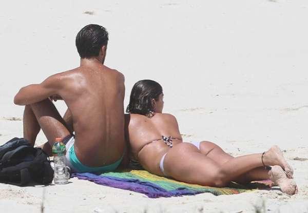 Dois meses após dar à luz, Priscila Fantin curte praia ao lado do namorado