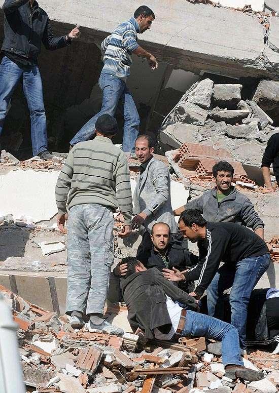 Governo turco confirma 217 mortos e mais de mil feridos em terremoto