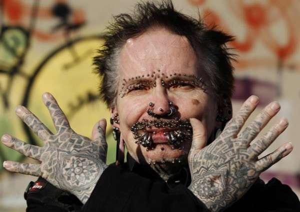Homem alcança recorde com 453 piercings no corpo; fotos!