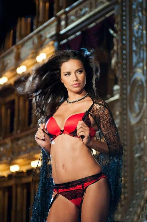 Top Adriana Lima posa e interpreta espanhola sensual em campanha