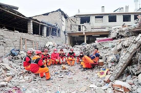Bebê de 14 dias é resgatado vivo de escombros na Turquia