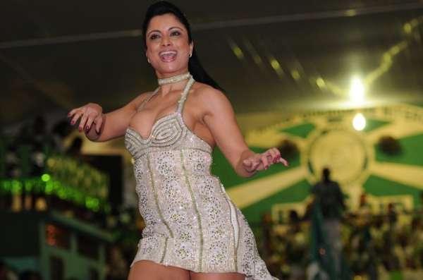 Dani Sperle usa vestido curto e decotado em quadra de escola de samba