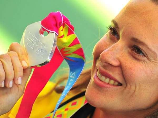 Fabiana Murer recebe a medalha de prata no salto com  vara