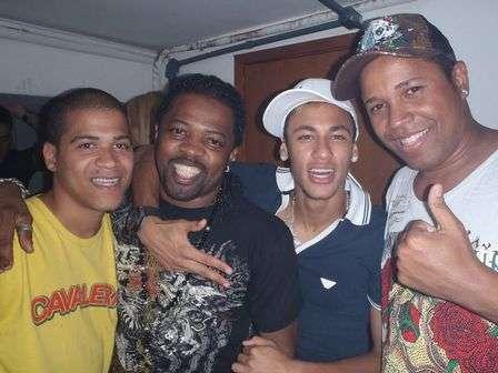 Neymar troca beijos com funkeira em noitada