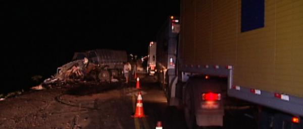 Motorista morre atingido por pedra de granito que caiu de caminhão