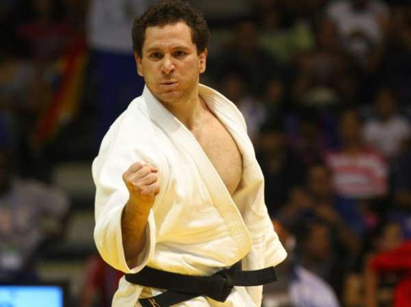 Tiago Camilo derruba cubano, é ouro e celebra o tri no judô