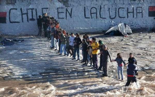 Chilenos se jogam em rio durante confrontos com a polícia