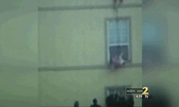 Mãe joga bebê pela janela para salvá-lo de incêndio nos EUA