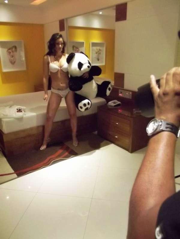 Magrinha novamente, atriz Nana Gouvêa faz ensaio sexy com urso