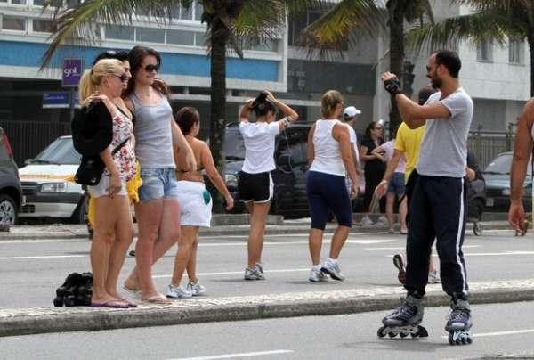 Letícia Sabatella usa biquininho na praia de Ipanema