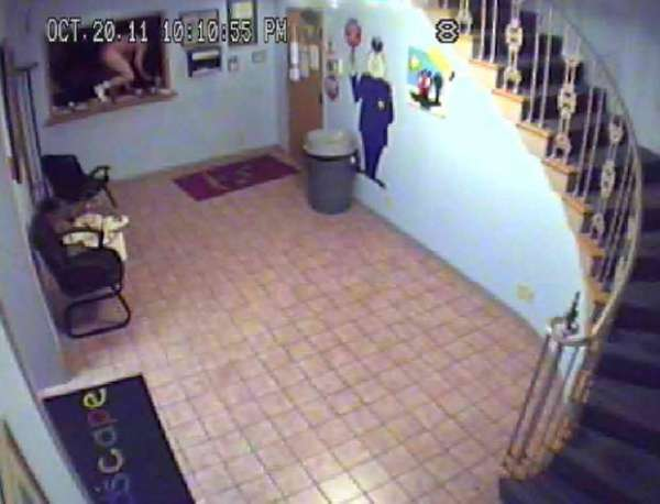 Ladrão invade creche nos EUA e foge vestindo biquíni rosa roubado