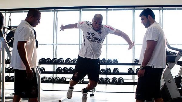 A reta final antes da estreia: Adriano começa coletivo nesta terça-feira