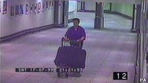 Homem é condenado por matar cantora e escondê-la em mala