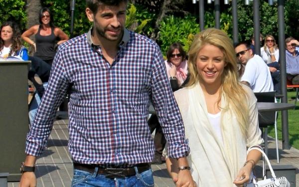 No Twitter, Shakira manda beijo e desmente separação de Piqué