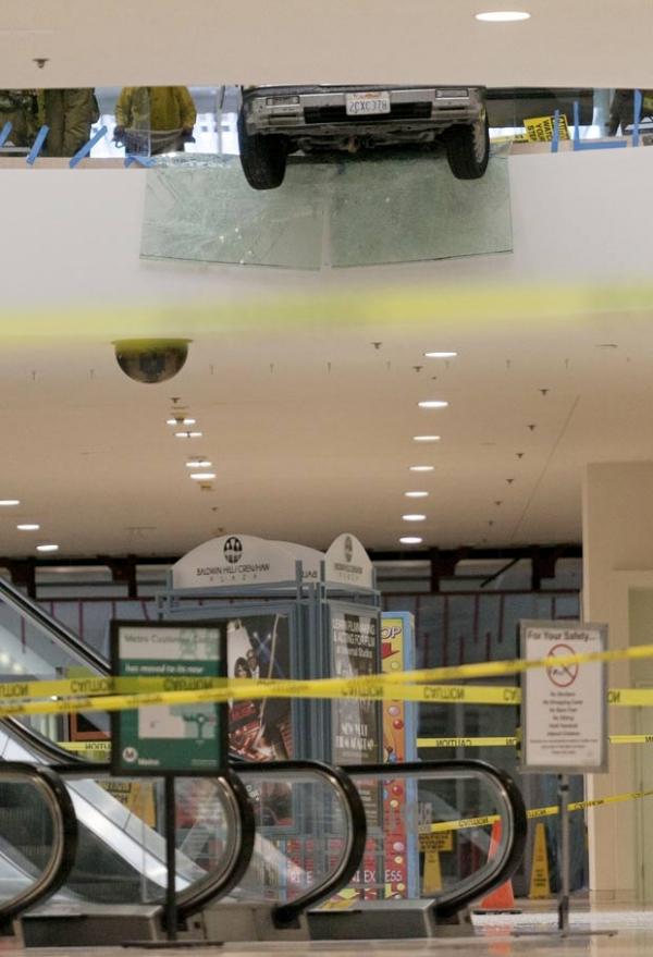 Carro fica pendurado no 2º andar de shopping em Los Angeles