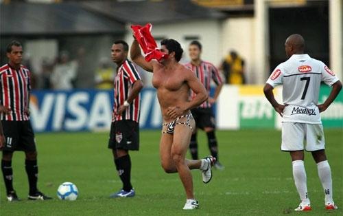 Homem Picanha não revela para Danilo Gentili nome de suposto namorado do Corinthians