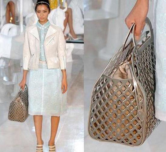 Louis Vuitton lança coleção de bolsas em desfile com Kate Moss