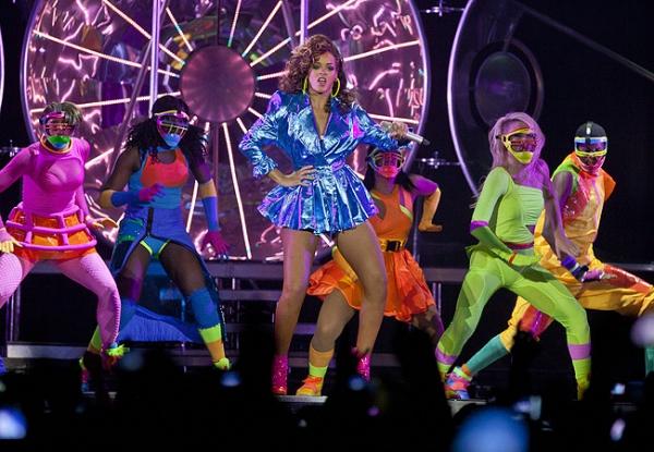 Rihanna abusa de poses sensuais em show de Londres