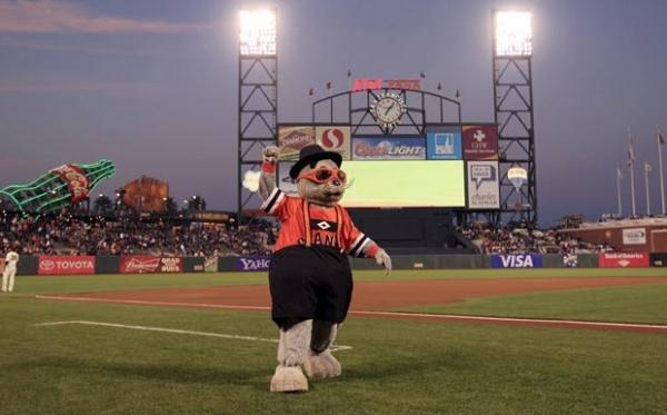 Americano bate recorde ao encarnar mascote por mais de mil jogos