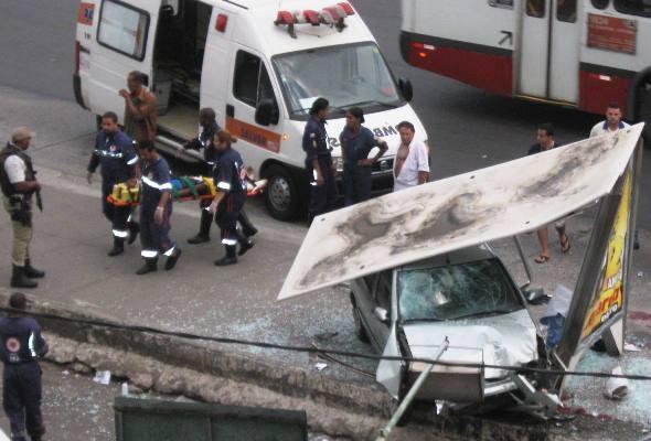 Carro invade ponto de ônibus, deixa um morto e dois feridos em Salvador