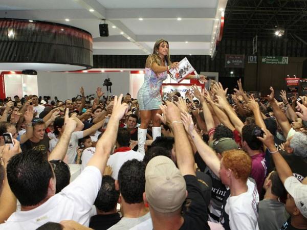 Jaque Khury atrai multidão masculina ao distribuir exemplares de sua