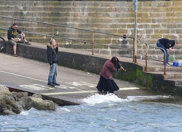 Câmeras de segurança flagram casal jogam cão de estimação ao mar