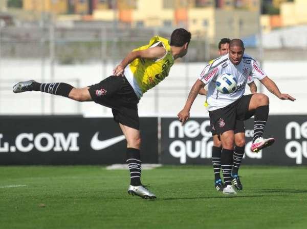 Técnico Tite confirma presença de Adriano diante do Atlético-PR