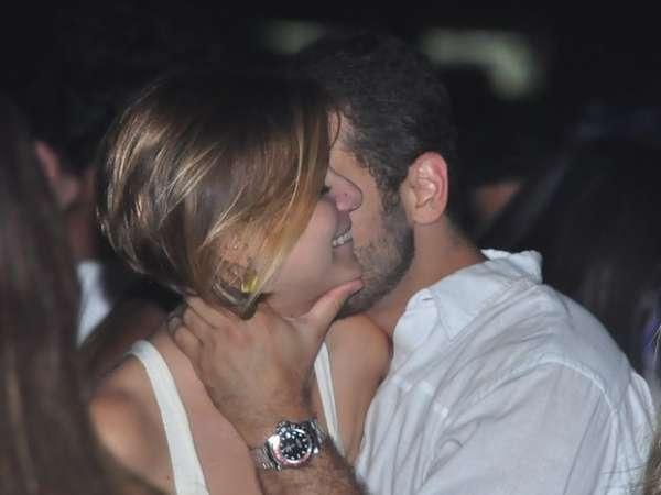 Durante festa, atriz Milena Toscano troca beijos bem calientes