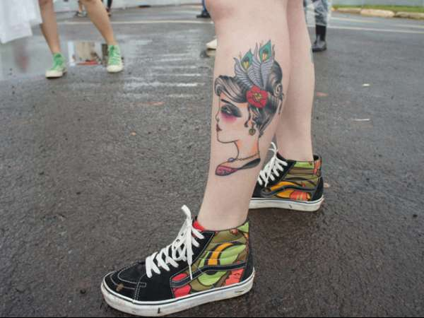 Mulher tem 40% do corpo tatuado e chama atenção no Festival SWU
