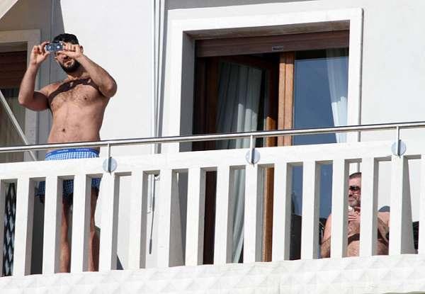 George Michael aparece na sacada de hotel com suposto affair