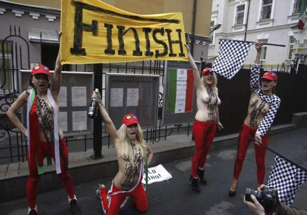 Seminuas, ativistas comemoram com champagne saída de Berlusconi