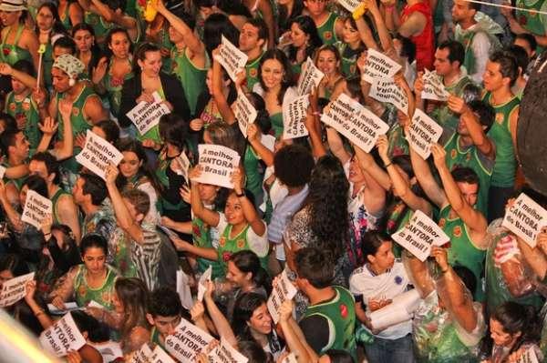 Claudia Leitte mostra corpão em show em Minas Gerais