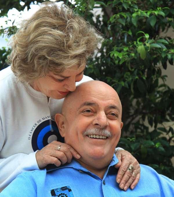 Ex-presidente Lula se antecipa a quimioterapia e raspa barba e cabelo