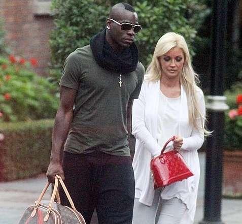 Atacante Balotelli trai namorada com atriz pornô