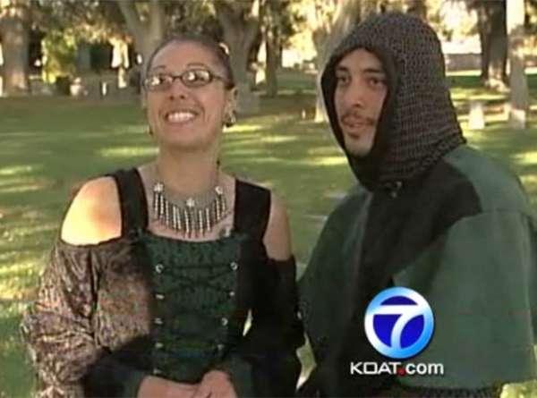Casal aproveita Halloween e se casa em um cemitério nos EUA