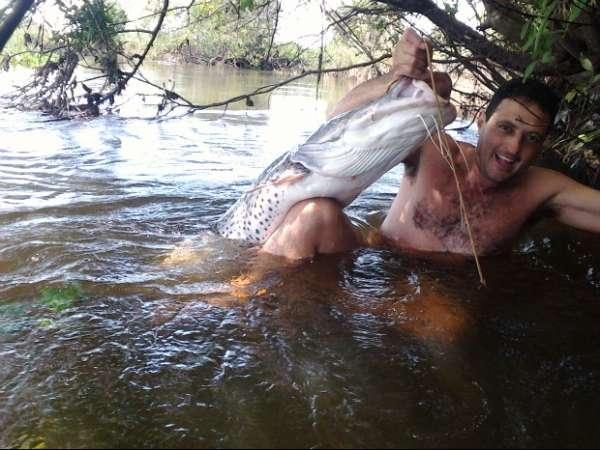 Homem entra em rio e diz ter capturado peixe de 25 Kg