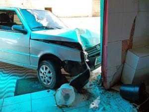 Jovem pega carro escondido, perde o controle e atropela idoso e criança