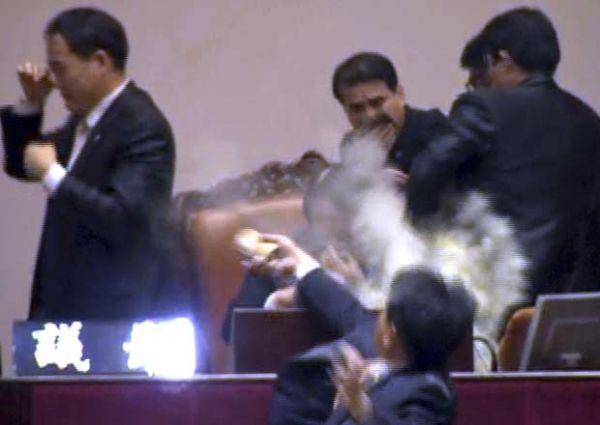 Deputado joga bomba de gás durante discussão no Parlamento sul-coreano