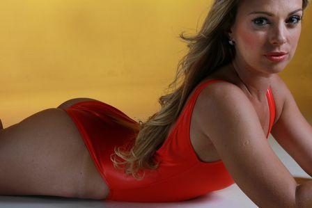 Carol Soares, bailarina do Faustão, posa super sensual de surfista