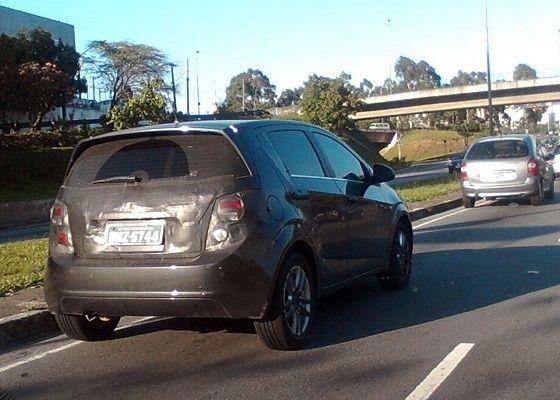Chevrolet Sonic hatch circula com disfarce leve em São Paul