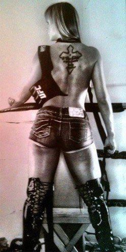 Juju Salimeni divulga fotos de ensaio para revista do UFC