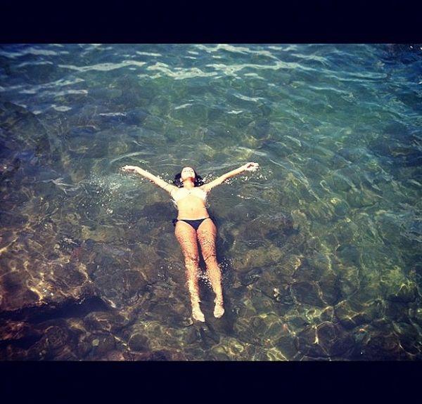 Depois de cantar em show, Paloma Bernardi curte praia baiana