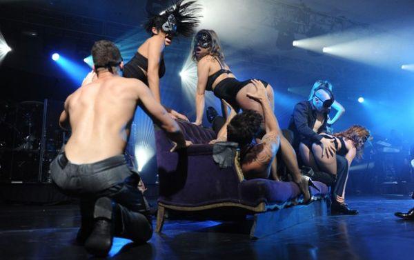 Gay, Ricky Martin dá beijão em dançarina em show ousadíssimo