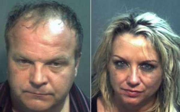 Casal milionário é preso após sexo em banheiro com outro homem