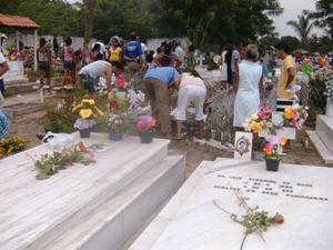 Unionenses invadem cemitérios para visitarem túmulos de parentes