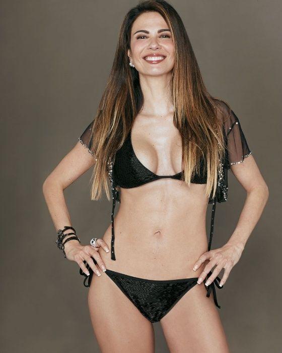 Luciana Gimenez posa de biquíni após emagracer; veja