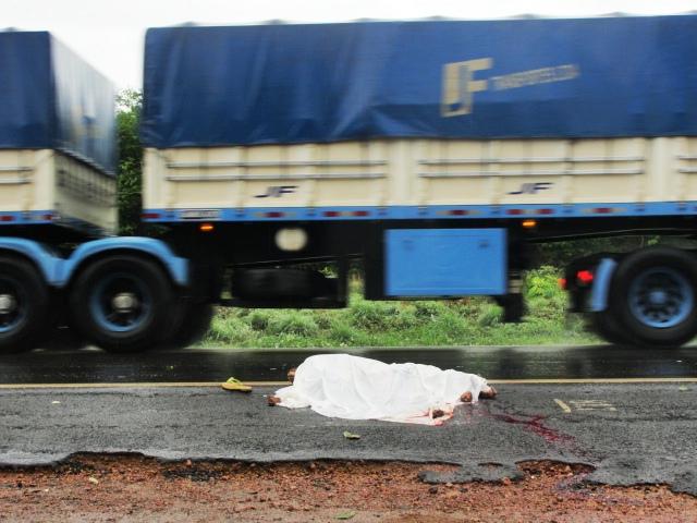 Mulher morre atropelada por carreta na comunidade Estaca Zero