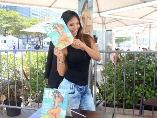 Assistente de palco Caroline Nakamura faz sessão de autógrafos da revista Sexy